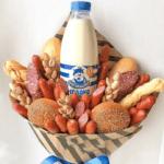 Чоловічий букет з молоком, ковбасками і фісташками
