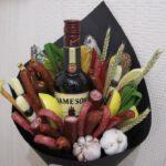 Чоловічий букет з бутилкою віскі, ковбасками і часником