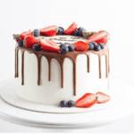 Голий торт з шоколадом і фруктами