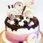 Торт із різноманітними солодощами