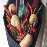 Їстівний букет з булочками, горілкою і ковбасками