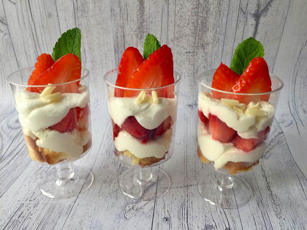 Сезонний десерт з полуницею