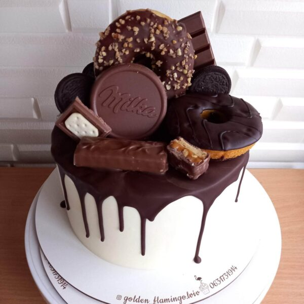 Торт із солодощами