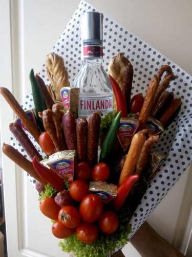 Їстівний алкогольний букет з сиром і ковбасками