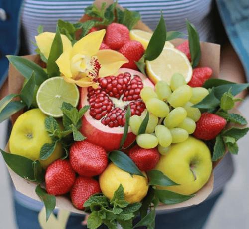 Маленький оригінальний фруктовий букет