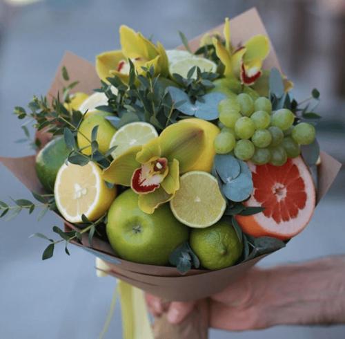 Свіжий букет з фруктів: лайм, виноград, яблуко
