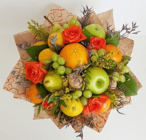 Фруктовий букет з виноградом, яблуками і грушами