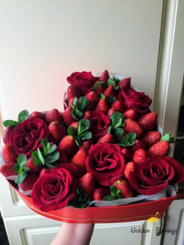 Подарункова коробка з трояндами і полуницею