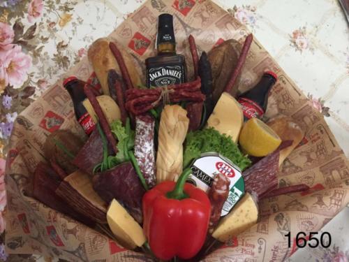Великий їстівний букет із закусками, віскі та колою