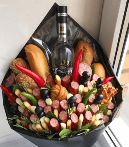 Великий чоловічий букет з горілкою, ковбасками і хлібом